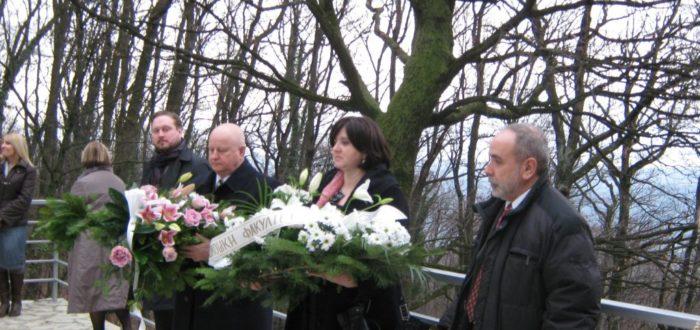 13 января 2012 г. Поездка на Авалу: возложение венков к памятнику погибшим освободителям; венки возлагают А. Вранеш и Ю. А. Горячев